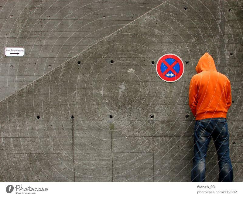 Bitte im gehen pinkeln! Mensch Mann blau Hand weiß schön rot Wand grau Mauer Beine Linie orange Deutschland Arme warten