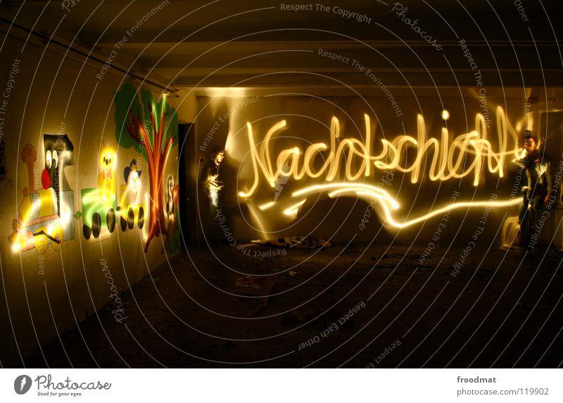 Nachtschicht Schichtarbeit Langzeitbelichtung Kindergarten Verfall Wand Taschenlampe dunkel geheimnisvoll froodmat Linse selbst Schriftzeichen schreibschrift