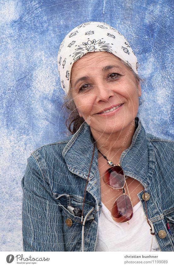 so oder so Frau Erwachsene 1 Mensch 45-60 Jahre Kopftuch Lächeln Freundlichkeit frisch Glück einzigartig natürlich Originalität verrückt Lebensfreude