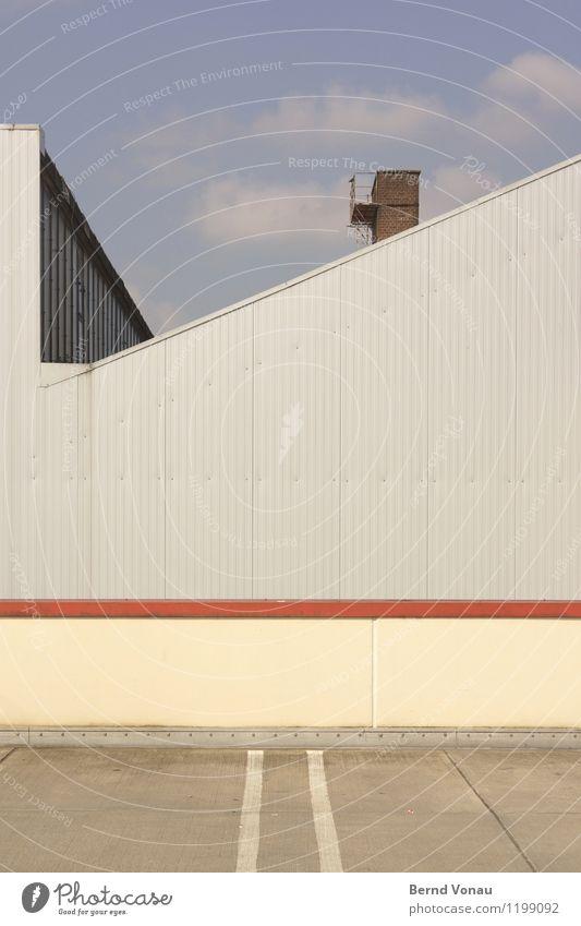 nevertheless Kleinstadt Mauer Wand Stadt blau grau rot Schornstein Metall Parkplatz Industrie industriell trist Geometrie gerade liniert Neigung gelb Blech