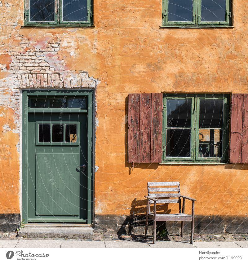 Sonnenplatz Kopenhagen Altstadt Bauwerk Gebäude Architektur Mauer Wand Fassade Fenster Tür Stein Holz alt schön gelb grün Stuhl Holzstuhl Sonnenstrahlen Patina
