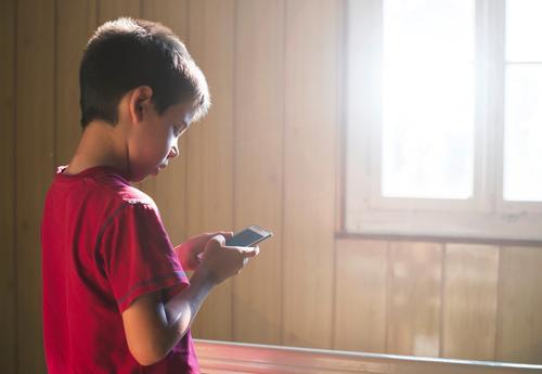 Kind spielt mit Handy Mensch weiß Freude Junge Spielen klein Schule Kindheit Technik & Technologie niedlich Telefon klug PDA Kaukasier