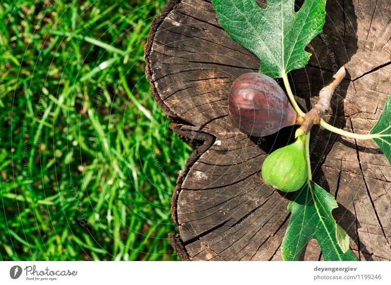 Feigen auf Holz und grüner Wiese Frucht Dessert Ernährung Schalen & Schüsseln exotisch Tisch Natur Herbst frisch natürlich saftig Lebensmittel rustikal süß roh