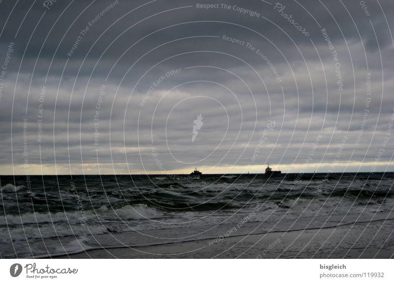 Auf hoher See II Wasser Himmel Meer Strand Wolken Ferne grau Wasserfahrzeug Wellen groß Schifffahrt Ostsee Abendsonne