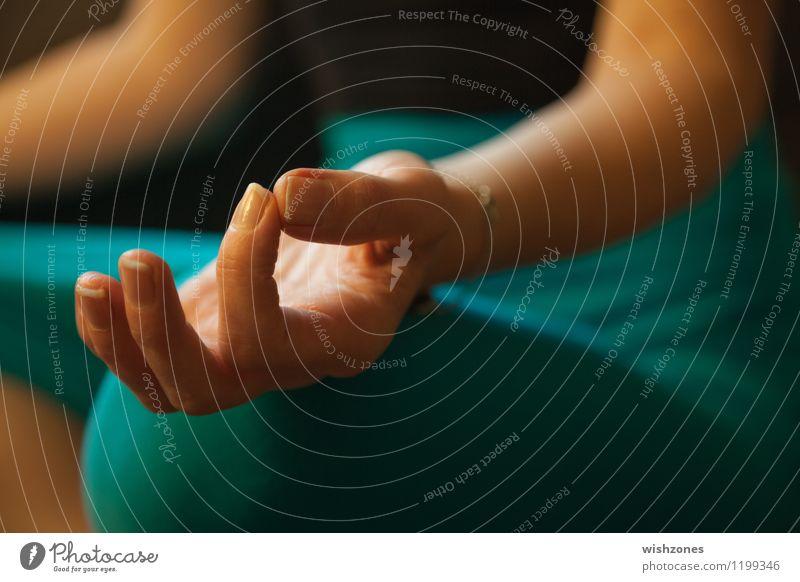Hand in Meditation Pose Mensch Frau grün Erholung ruhig Erwachsene gelb feminin Gesundheit Zufriedenheit gold sitzen Finger Wellness Gelassenheit