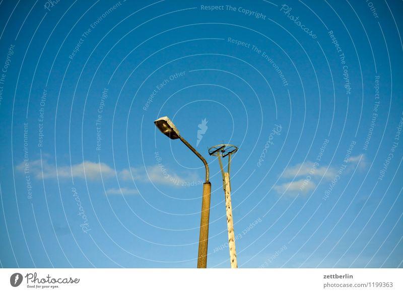 Storch (abwesend) Laterne Straßenbeleuchtung Beleuchtung Horst Nestbau Hilfsbereitschaft Nistkasten Assistent steil Gestell Rad Menschenleer Pfosten Baumstamm