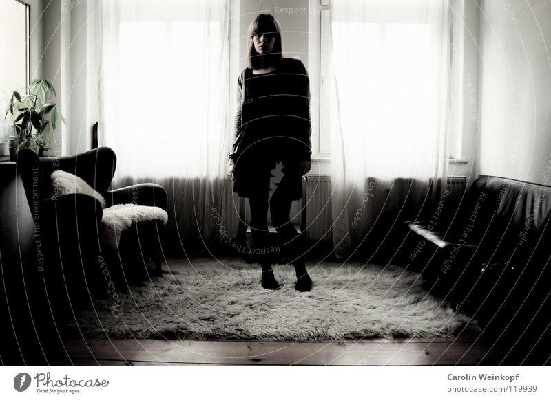 Gefühlsleere VII Frau Pflanze Einsamkeit Lampe Leben Wand Holz Traurigkeit warten Trauer Kleid Sofa Sehnsucht Fell Falte Verzweiflung
