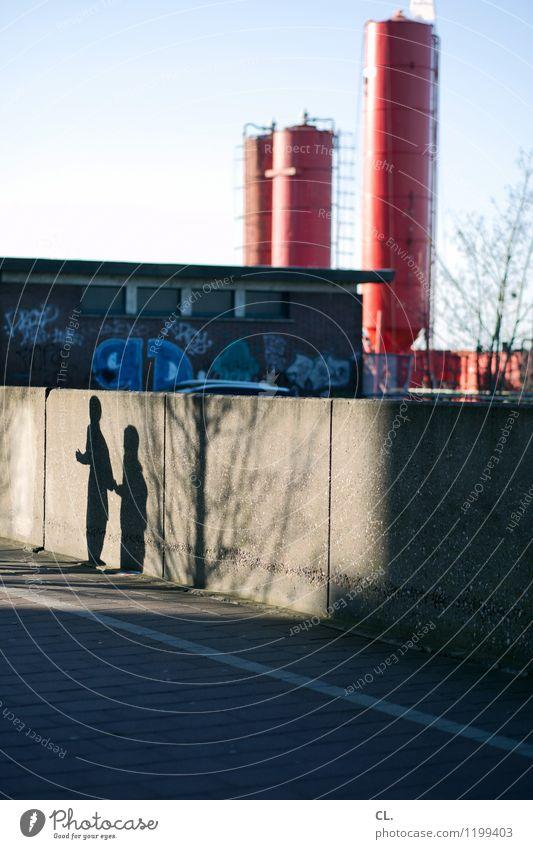 rumlaufen Mensch Stadt Wand Straße Graffiti Bewegung Wege & Pfade Gebäude Sport Mauer Freizeit & Hobby Verkehr Schönes Wetter Fabrik Wolkenloser Himmel