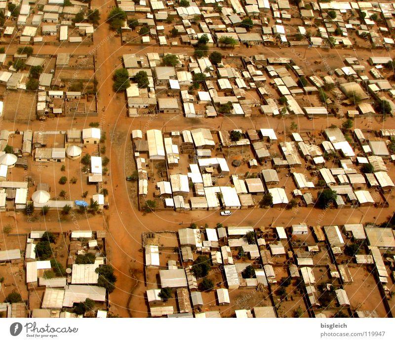 Kamerun von oben VI Farbfoto Luftaufnahme Menschenleer Vogelperspektive Haus Erde Sand Gamboura Afrika Hütte Verkehrswege Straße Flugzeug fliegen Stadt
