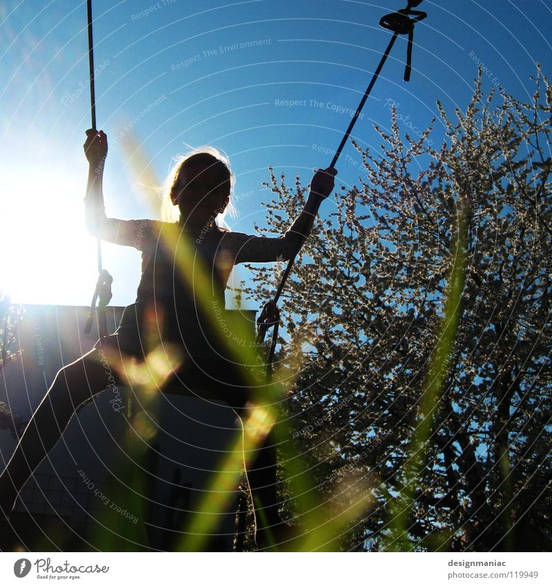 Frühling wo bist du? Kind Himmel blau Baum Sonne Mädchen Freude schwarz Haus Spielen Wärme Bewegung Gras Blüte Beleuchtung