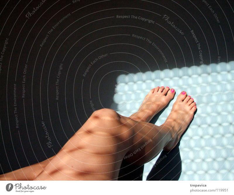 morgen Frau Wasser Sonne blau schwarz feminin nackt Fuß Beine Haut rosa Zehen Barfuß Nagel Nagellack lackiert