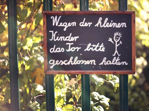 Wegen der Kinder... Kunst Schilder & Markierungen ästhetisch Hinweisschild Kindheitserinnerung Kindergarten Kindererziehung Kindergeburtstag