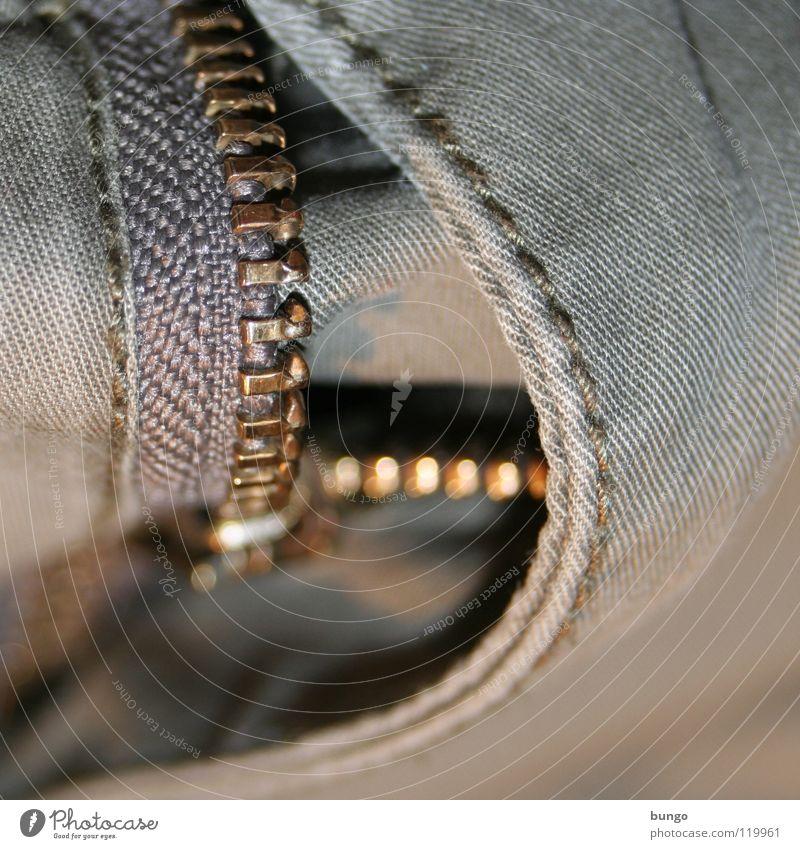Dein Hosenstall steht offen Bekleidung Jeanshose Stoff ziehen vergessen aufmachen Naht Reißverschluss blamabel Hosenschlitz