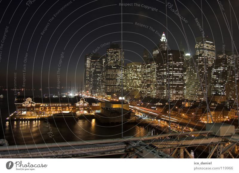 Pier 17 - New York II Wasser Stadt dunkel Beleuchtung Verkehr Hochhaus Brücke USA Fluss Hafen Skyline Amerika Anlegestelle Stadtzentrum Abenddämmerung Nachthimmel