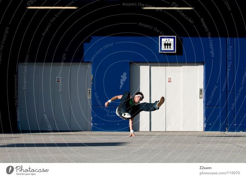 Balanced II Mensch Mann Jugendliche blau Hand Bewegung Stil Beine Zufriedenheit Tanzen Schilder & Markierungen maskulin Beton modern stehen Dach