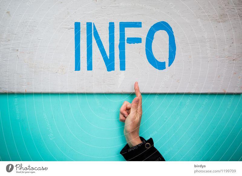 Hand zeigt auf den Schriftzug INFO, Information, individuell, Informationstafel informieren zeigend Zeigefinger universell Schriftzeichen