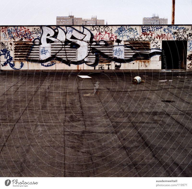 Dach unter den Füßen nicht über dem Kopf Haus Ruine verfallen Hochhaus Stadt Leipzig Luft Schrott alt Graffiti luftschächte frei Schornstein oben Ferne