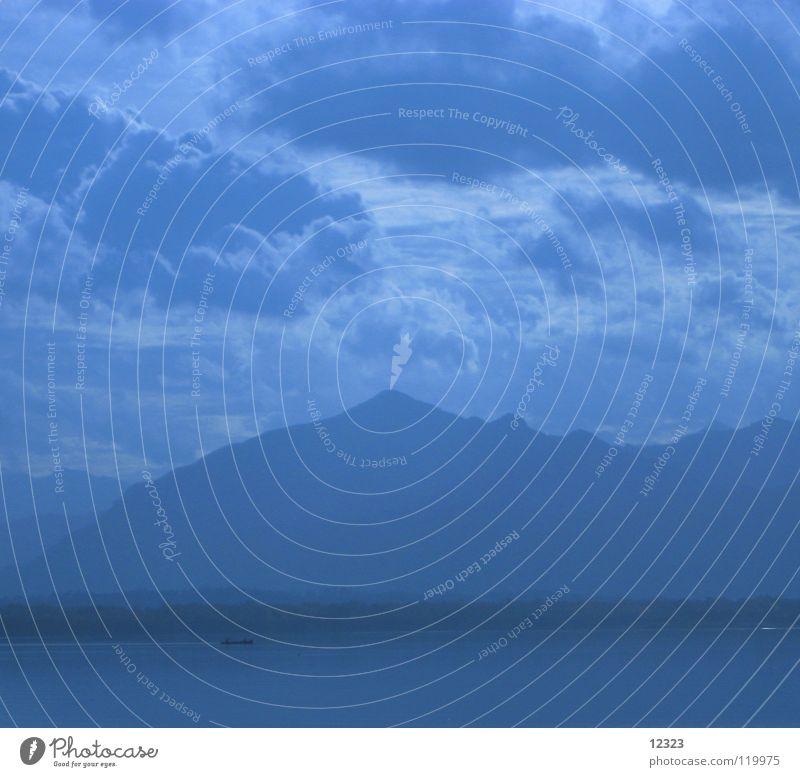 blaue stunde Wasser Himmel Sommer Ferien & Urlaub & Reisen ruhig Wolken Farbe Erholung Berge u. Gebirge See Denken Wasserfahrzeug Zufriedenheit Kraft Nebel
