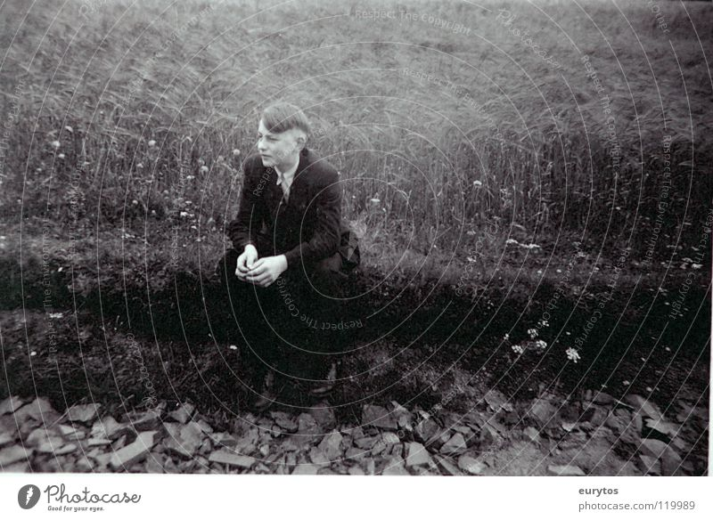 keine zeit zum jungsein Haare & Frisuren Sommer Mensch Jugendliche Wetter Wiese Wege & Pfade Bekleidung Anzug Stein alt Denken sitzen grau schwarz weiß