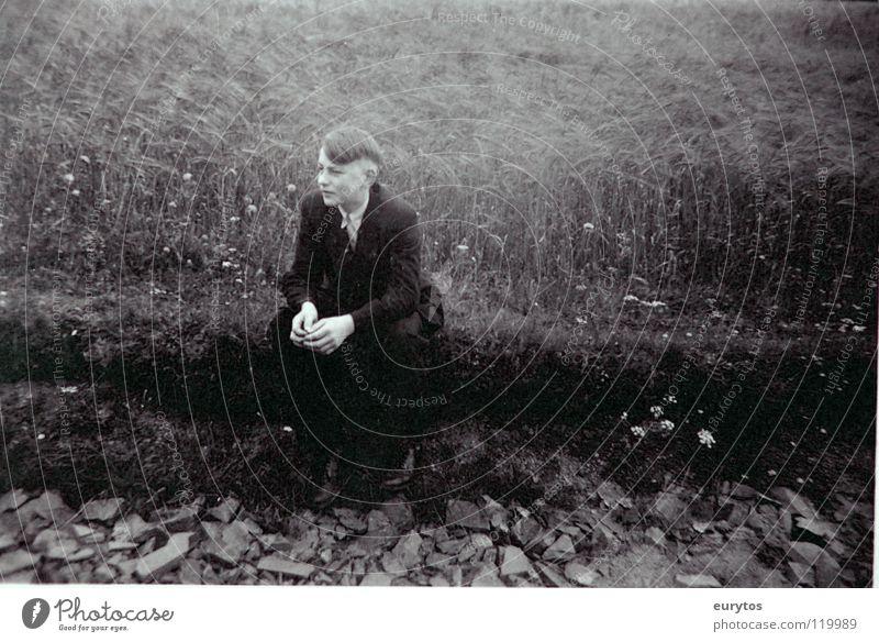 keine zeit zum jungsein Mensch Jugendliche alt weiß Sommer schwarz Wiese grau Haare & Frisuren Stein Wege & Pfade Denken Feld warten Wetter Bekleidung