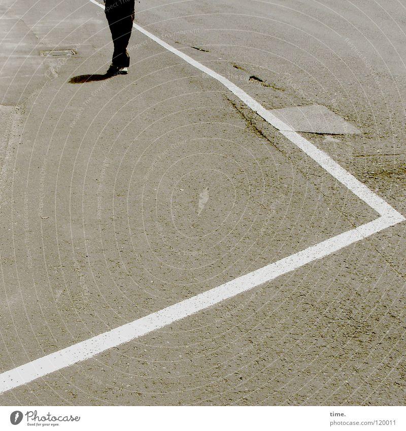 Warten auf den 315er Sommer Straße grau springen Linie Verkehr Streifen fahren Asphalt Riss Langeweile Gully Straßennamenschild Beule abholen Schlagloch