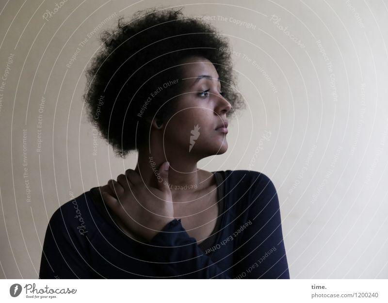 Ansiré feminin Junge Frau Jugendliche 1 Mensch Mauer Wand T-Shirt schwarzhaarig Locken Afro-Look beobachten Denken Blick träumen warten schön Wachsamkeit