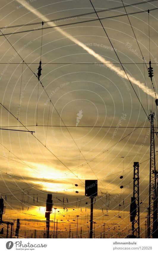 Vernetzt rot Wolken ruhig Ferne gelb Freiheit Wärme Linie modern Eisenbahn Elektrizität Kabel Technik & Technologie Romantik Idylle Physik
