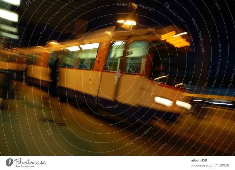 Vollrausch Station Straßenbahn S-Bahn Eisenbahn Geschwindigkeit vergangen Bahnsteig Zeit gefährlich Fenster Nacht dunkel spät Stress unruhig Lampe planlos