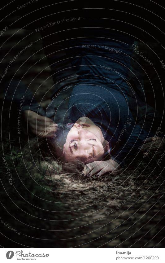 gefallen Mensch feminin Junge Frau Jugendliche Erwachsene 1 18-30 Jahre liegen träumen Traurigkeit dunkel schwarz Gefühle Stimmung Laster Trauer Einsamkeit