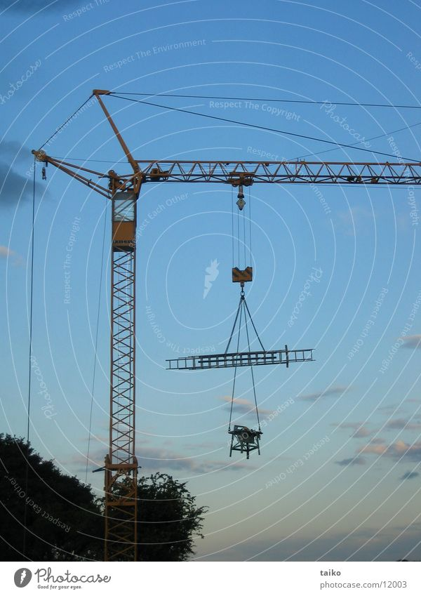 kran nach feierabend Kran Baukran Maschine Baustelle Abenddämmerung Feierabend Elektrisches Gerät Technik & Technologie Himmel Kreissäge Leiter blau