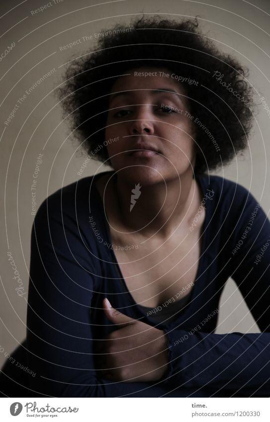 Ansiré feminin Junge Frau Jugendliche 1 Mensch T-Shirt schwarzhaarig Locken Afro-Look beobachten Denken Blick warten schön Ehre selbstbewußt Coolness Vertrauen