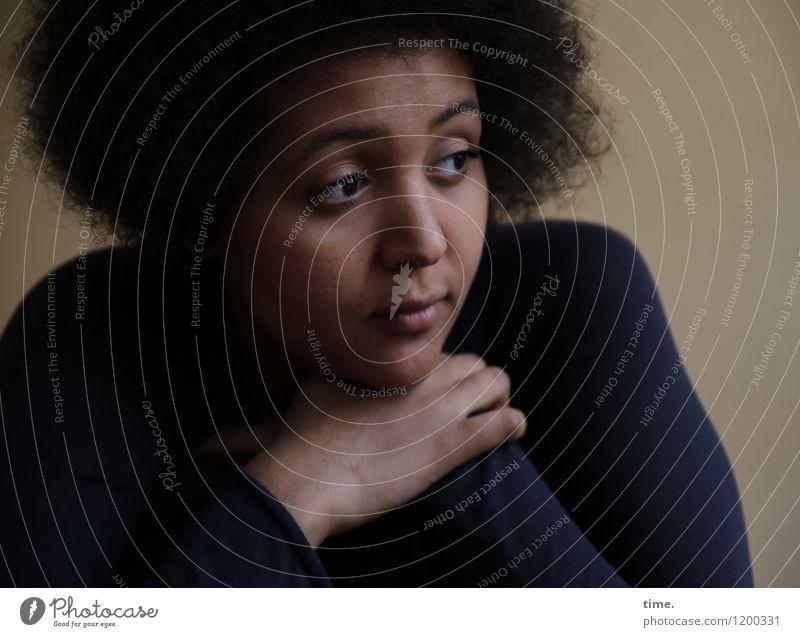 Ansiré feminin Junge Frau Jugendliche 1 Mensch Pullover schwarzhaarig Locken Afro-Look beobachten Denken Blick träumen warten schön ruhig Sorge Trauer Müdigkeit