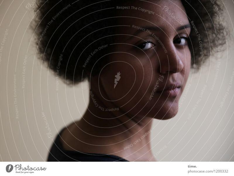 . Mensch Jugendliche schön Junge Frau Leben feminin Denken träumen warten beobachten Locken schwarzhaarig Respekt Schüchternheit skeptisch Afro-Look
