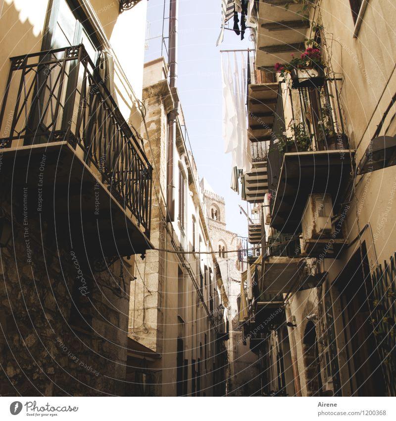 im Süden weiß Haus dunkel Straße Wege & Pfade braun Fassade Häusliches Leben authentisch Armut Italien retro Schutz Hoffnung Gelassenheit Balkon