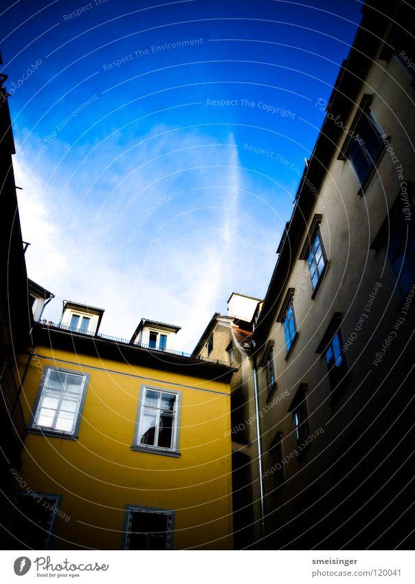 they´re yellow Himmel blau Stadt Haus Wolken gelb oben Fenster hoch Dach Österreich Hinterhof Graz Dachfenster