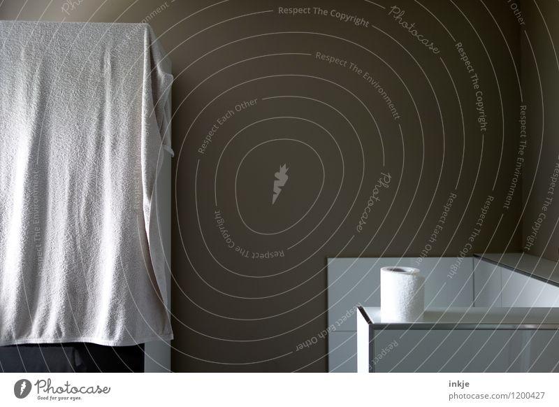 Stillleben auf stillem Örtchen Körperpflege Häusliches Leben Bad Menschenleer Toilettenpapier Handtuch Fliesen u. Kacheln Ecke einfach modern braun weiß