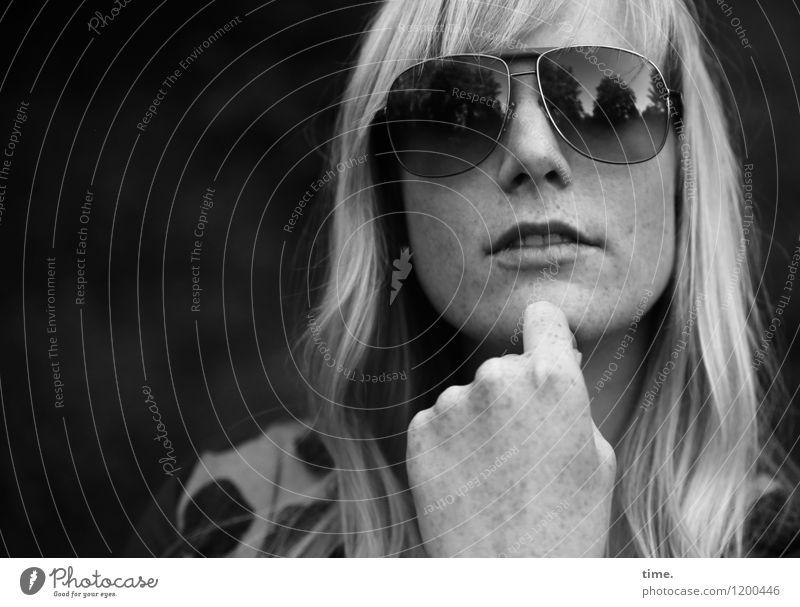 . Mensch Frau schön Erholung Hand ruhig Erwachsene Gefühle feminin Gesundheit Zufriedenheit blond ästhetisch Pause langhaarig Sonnenbrille