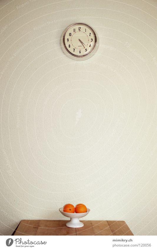 Fünf vor halb Fünf 5 Uhr Tisch Küche Wanduhr Zeit retro Design Holztisch Orange Vitamin Frucht Ziffern & Zahlen leer warten küchentisch retrodesign reduzieren