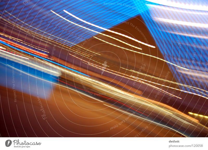 fremde welt Verlauf Zoomeffekt Brennweite Licht braun Langzeitbelichtung Neonlicht Verkehrswege Farbe Pyramide lichtreflex blau Spuren Signal Tankstelle