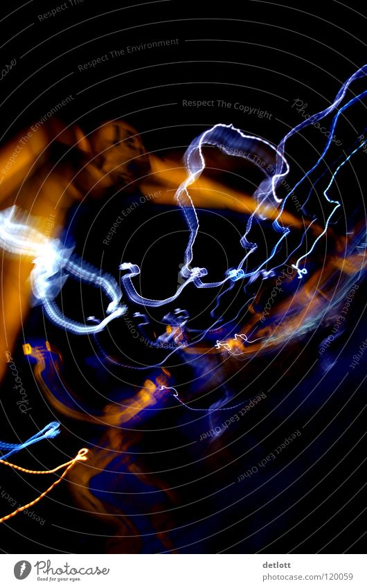lichtspuren Langzeitbelichtung Leuchtspur abstrakt Brennweite schwarz mehrfarbig Seele Konzentration Farbe Kontrast farbband Reflexion & Spiegelung