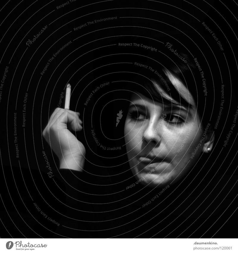Tribeka Frau Hand Finger Nagel Zigarette Körperhaltung Augenbraue Konzentration Gedanke Blick Eyecatcher schwarz weiß Licht Schwarzweißfoto Gesicht Mensch Mund