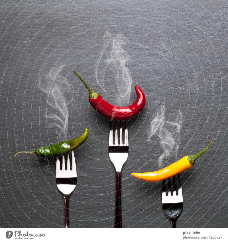 Dampfende bunte Chilischoten Gesunde Ernährung schwarz Essen Gesundheit Stein Lebensmittel Metall Scharfer Geschmack Kräuter & Gewürze Küche Gemüse Gastronomie