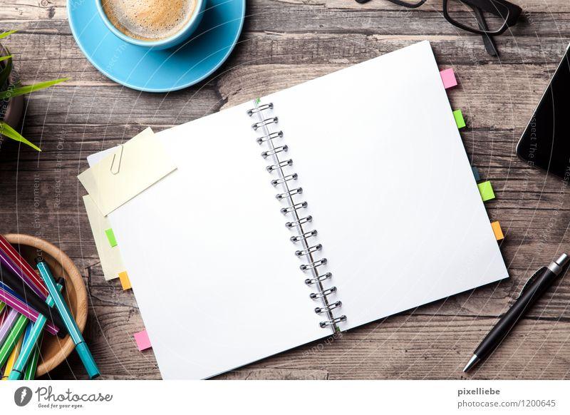 Notizbuch mit Büro-Accessoires Kaffeetrinken Latte Macchiato Tasse Schreibtisch Tisch Bildung Schule lernen Berufsausbildung Studium Arbeit & Erwerbstätigkeit