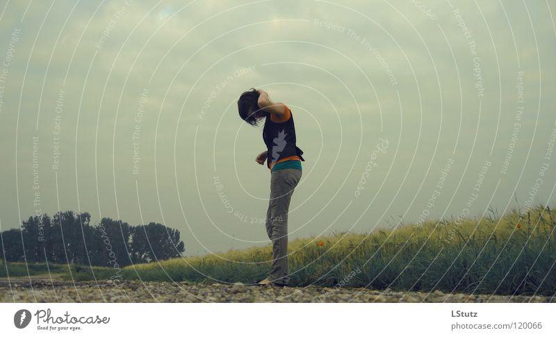 not a number Mensch Jugendliche grün Sommer Einsamkeit Wolken Erwachsene gelb Junge Frau grau Traurigkeit 18-30 Jahre Feld stehen ästhetisch trist