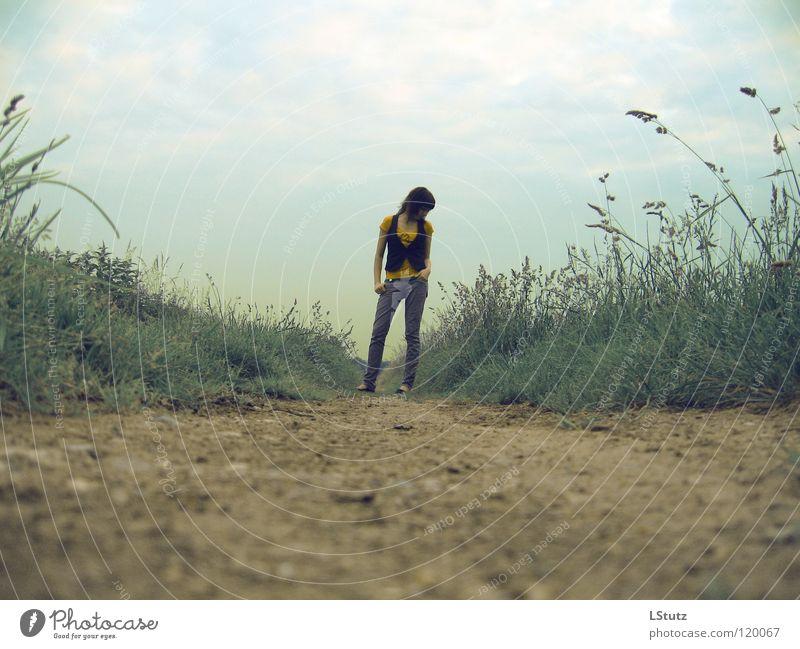 useless information Sommer feminin Junge Frau Jugendliche 1 Mensch 18-30 Jahre Erwachsene Natur Erde Himmel Wolken Wege & Pfade schwarzhaarig stehen Traurigkeit