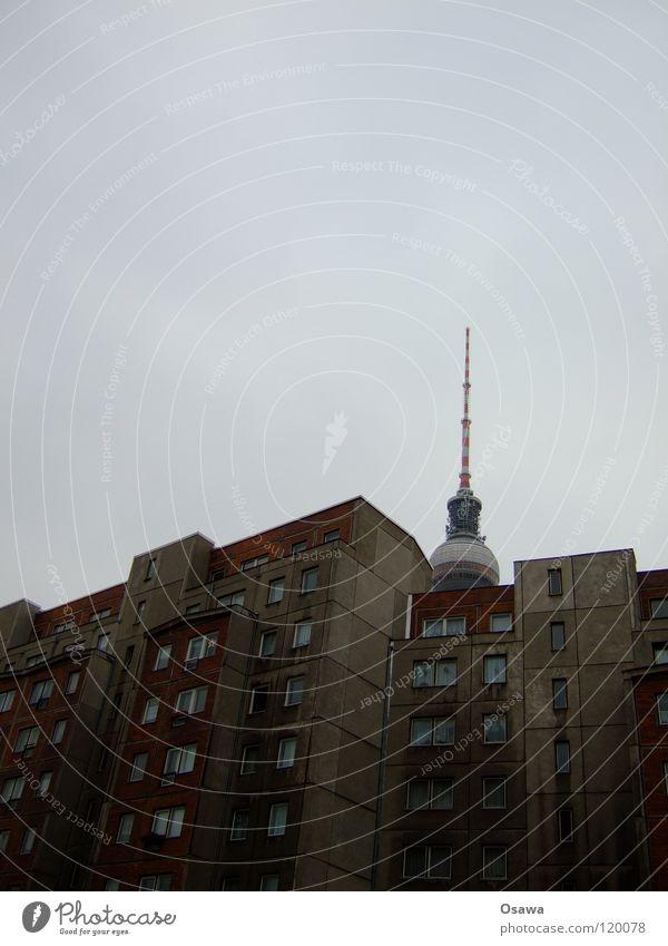 mittlere Wohnlage Alexanderplatz Gebäude Plattenbau Haus Beton grau dreckig Elendsviertel Mitte Arbeitsloser schäbig Raum Fassade Fenster Aussicht Wohnung