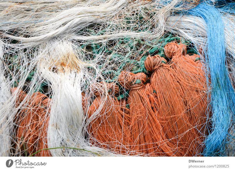Netzwerken 3 Fisch Fischerboot Linie Knoten fangen alt dreckig Ekel kaputt natürlich orange weiß nachhaltig Natur Angeln Fischernetz Schnur Farbfoto