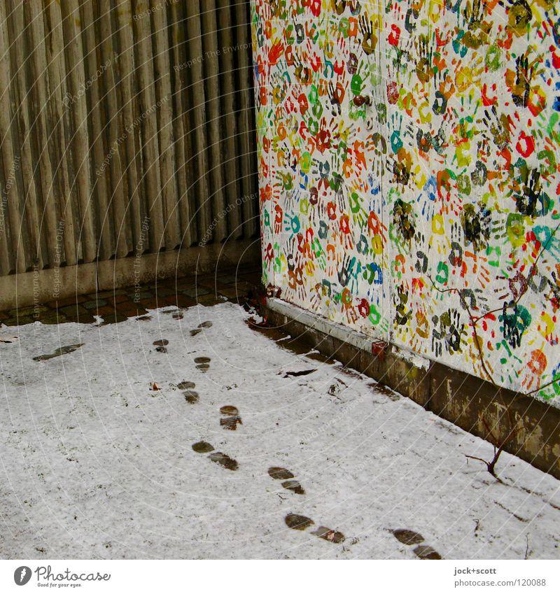 Hand und Fußspur Schnee Tür Fährte Beton Stimmung Verschwiegenheit Kreativität Wege & Pfade nebeneinander Ecke Abdruck Farbenspiel Schrittfolge mehrfarbig