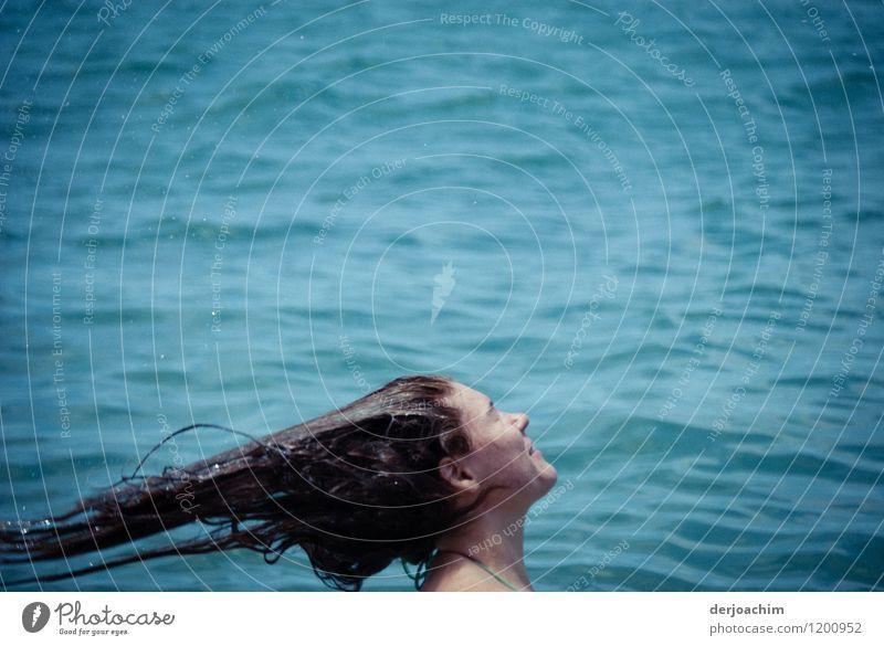 Neues Styling Jugendliche Sommer Wasser Junge Frau Meer Freude 18-30 Jahre Erwachsene Leben Bewegung feminin Stil Haare & Frisuren Schwimmen & Baden außergewöhnlich fliegen