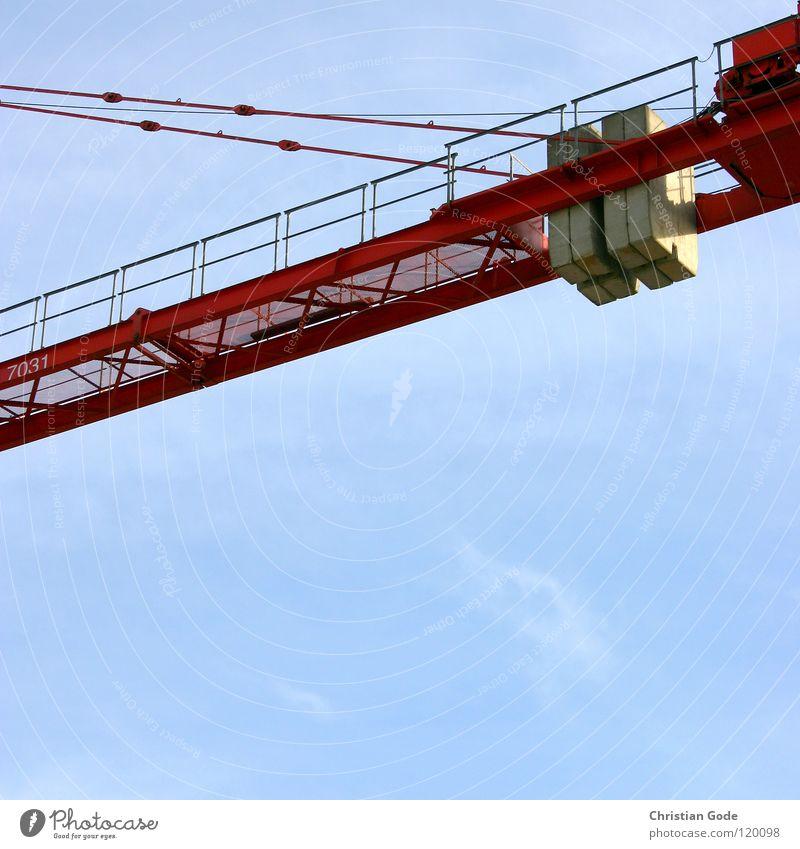 Gegengewicht Kran Baustelle rot Neubau Bauarbeiter Lastwagen Arbeit & Erwerbstätigkeit Hochhaus Stahl streben Draht Wolken grau Beton Handwerk Himmel blau bauen